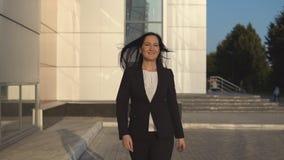 Η νέα επιχειρηματίας περπατά κάτω από την οδό απόθεμα βίντεο