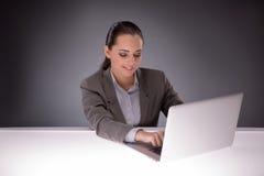 Η νέα επιχειρηματίας που εργάζεται με το lap-top στην επιχειρησιακή έννοια Στοκ Εικόνα