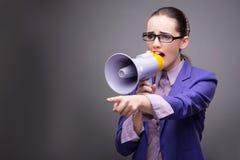 Η νέα επιχειρηματίας που φωνάζει μέσω του μεγάφωνου Στοκ εικόνες με δικαίωμα ελεύθερης χρήσης