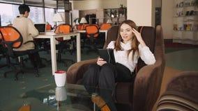 Η νέα επιχειρηματίας στο γραφείο έχει την τηλεοπτική κλήση στην ταμπλέτα απόθεμα βίντεο