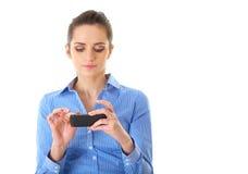 Η νέα επιχειρηματίας χρησιμοποιεί το smartphone της, που απομονώνεται Στοκ Φωτογραφίες