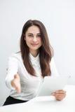 Η νέα επιχειρησιακή γυναίκα με την ταμπλέτα φτάνει για μια χειραψία Στοκ Εικόνες