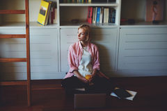 Η νέα επιχειρησιακή γυναίκα πίνει το χυμό από πορτοκάλι ενώ έχοντας το πρόγευμα Στοκ φωτογραφίες με δικαίωμα ελεύθερης χρήσης