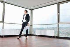 Η νέα επιχειρησιακή γυναίκα ρίχνει τα έγγραφα στον αέρα Στοκ εικόνες με δικαίωμα ελεύθερης χρήσης