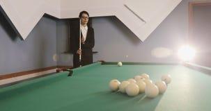 Η νέα επιχειρησιακή γυναίκα στα γυαλιά και το κοστούμι μαθαίνει να παίζει το ρωσικό μπιλιάρδο φιλμ μικρού μήκους