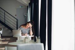 Η νέα επιχειρησιακή γυναίκα στα μοντέρνα ενδύματα οδηγεί την επιχειρησιακή συνομιλία στο τηλέφωνο και γράφει τις σημειώσεις στο σ Στοκ εικόνες με δικαίωμα ελεύθερης χρήσης