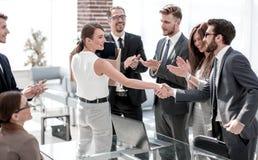 Η νέα επιχειρησιακή γυναίκα συναντά τους συναδέλφους στο γραφείο στοκ φωτογραφία