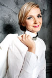 Η νέα επιχειρησιακή κυρία σε ένα άσπρο σακάκι Στοκ Εικόνα
