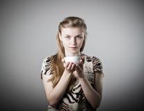 Η νέα λεπτή γυναίκα κρατά μια κούπα Στοκ Εικόνα