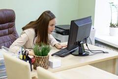 Η νέα εργασία επιχειρησιακών γυναικών σκληρά πέρα από το γραφείο στη μελέτη, οικονομική υποβολή έκθεσης λογιστών οικονομολόγων, ε Στοκ Φωτογραφία
