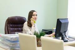 Η νέα εργασία επιχειρησιακών γυναικών σκληρά πέρα από το γραφείο στη μελέτη, οικονομική υποβολή έκθεσης λογιστών οικονομολόγων, ε Στοκ εικόνα με δικαίωμα ελεύθερης χρήσης