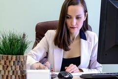 Η νέα εργασία επιχειρησιακών γυναικών σκληρά πέρα από το γραφείο στη μελέτη, οικονομική υποβολή έκθεσης λογιστών οικονομολόγων, ε Στοκ φωτογραφία με δικαίωμα ελεύθερης χρήσης