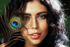Η νέα ευαίσθητη γυναίκα brunette με τα μάτια φτερών peacock κλείνει επάνω στο πράσινο χαμόγελο, έννοια ανθρώπων τρόπου ζωής Στοκ Φωτογραφία