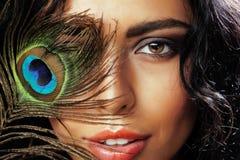 Η νέα ευαίσθητη γυναίκα brunette με τα μάτια φτερών peacock κλείνει επάνω στο πράσινο χαμόγελο, έννοια ανθρώπων τρόπου ζωής Στοκ φωτογραφία με δικαίωμα ελεύθερης χρήσης