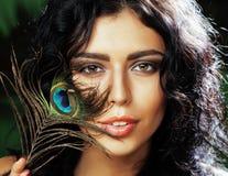 Η νέα ευαίσθητη γυναίκα brunette με τα μάτια φτερών peacock κλείνει επάνω στο πράσινο χαμόγελο, έννοια ανθρώπων τρόπου ζωής Στοκ Φωτογραφίες