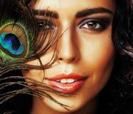 Η νέα ευαίσθητη γυναίκα brunette με τα μάτια φτερών peacock κλείνει το u Στοκ φωτογραφία με δικαίωμα ελεύθερης χρήσης
