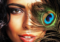 Η νέα ευαίσθητη γυναίκα brunette με τα μάτια φτερών peacock κλείνει το u Στοκ Εικόνα