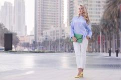 Η νέα Ευρωπαία γυναίκα με τα σγουρά ξανθά μαλλιά και καθιερώνων τη μόδα αποτελεί το ST Στοκ φωτογραφίες με δικαίωμα ελεύθερης χρήσης