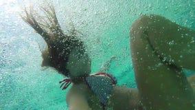 Η νέα ευτυχής γυναίκα Brunette πηδά στην πισίνα και κολυμπά υποβρύχιο 1920x1080 φιλμ μικρού μήκους