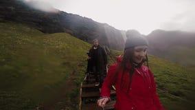 Η νέα ευτυχής εκμετάλλευση γυναικών selfie κολλά με το gopro και τη μετάβαση κάτω από τα σκαλοπάτια Ζεύγος που ταξιδεύει στα βουν απόθεμα βίντεο