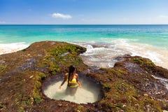 Η νέα ευτυχής προκλητική γυναίκα στο μπικίνι απολαμβάνει τη ζωή στην τροπική παραλία Στοκ Φωτογραφία