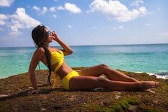 Η νέα ευτυχής προκλητική γυναίκα στο μπικίνι απολαμβάνει τη ζωή στην τροπική παραλία Στοκ φωτογραφία με δικαίωμα ελεύθερης χρήσης