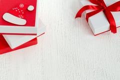 Η νέα ευχετήρια κάρτα έτους ή Χριστουγέννων διακόσμησε το άσπρο δώρο με τα κόκκινα κιβώτια με τις κορδέλλες Στοκ Φωτογραφίες