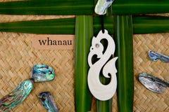Η Νέα Ζηλανδία - Maori τα αντικείμενα - χάρασε το κρεμαστό κόσμημα κόκκαλων στο λινάρι Στοκ Εικόνες