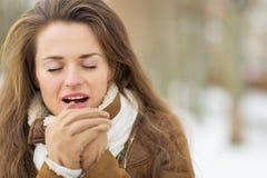 Η νέα θέρμανση γυναικών παραδίδει το χειμώνα υπαίθρια Στοκ εικόνα με δικαίωμα ελεύθερης χρήσης