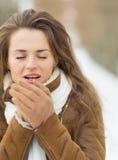 Η νέα θέρμανση γυναικών παραδίδει το χειμώνα υπαίθρια Στοκ φωτογραφία με δικαίωμα ελεύθερης χρήσης