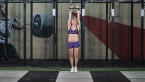Η νέα ικανότητα γυναικών εκτελεί την άσκηση με τη διασταύρωση καλωδίων μηχανών άσκησης στη γυμναστική απόθεμα βίντεο