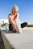 Η νέα κατάλληλη γυναίκα που κάνει τις ασκήσεις προθέρμανσης πριν από αρχίζει το πρωί που οργανώνεται στο καθαρό αέρα Στοκ Φωτογραφίες