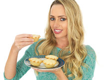 Η νέα κατανάλωση εκμετάλλευσης γυναικών κομματιάζει τις πίτες Στοκ εικόνα με δικαίωμα ελεύθερης χρήσης