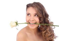 Η νέα καυκάσια γυναίκα με ένα λευκό αυξήθηκε στο στόμα της στοκ φωτογραφία με δικαίωμα ελεύθερης χρήσης
