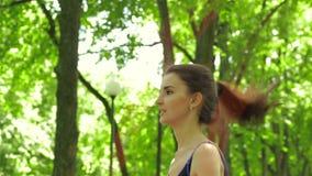 Η νέα κυρία ικανότητας πηδά το σχοινί το καλοκαίρι φιλμ μικρού μήκους