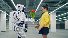Η νέα κυρία παίρνει τις τουλίπες από ένα ρομπότ απόθεμα βίντεο