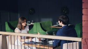 Η νέα κυρία παλεύει με το σύζυγό της κατά τη διάρκεια της ημερομηνίας στο εστιατόριο Το κορίτσι είναι να φωνάξει έκφραση αρνητική φιλμ μικρού μήκους