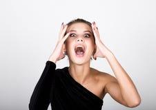 Η νέα κυρία φωτογραφιών μόδας κινηματογραφήσεων σε πρώτο πλάνο στο κομψό μαύρο φόρεμα, εύθυμη γυναίκα πιάστηκε με τα χέρια του πί Στοκ Φωτογραφία