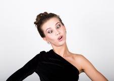 Η νέα κυρία φωτογραφιών μόδας κινηματογραφήσεων σε πρώτο πλάνο στο κομψό μαύρο φόρεμα, εύθυμη γυναίκα χαμογελά και κάνει τα πρόσω Στοκ Φωτογραφία
