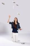 Η νέα μακρυμάλλης γυναίκα ρίχνει τα χρήματα Στοκ φωτογραφία με δικαίωμα ελεύθερης χρήσης