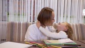 Η νέα μητέρα και μια γοητεία λίγη κόρη ψιθυρίζουν κρυφά κάτι στο αυτί απόθεμα βίντεο