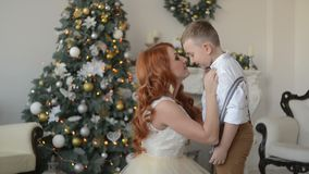Η νέα μητέρα ντύνει το δεσμό γιων του abow απόθεμα βίντεο