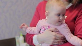 Η νέα μητέρα παίζει με την κόρη της απόθεμα βίντεο