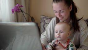 Η νέα μητέρα στις άδειες μητρότητας εργάζεται από το σπίτι, που κρατά τ απόθεμα βίντεο