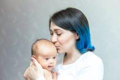 Η νέα μητέρα φιλά το νεογέννητο γιο της στοκ εικόνες με δικαίωμα ελεύθερης χρήσης