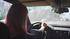 Η νέα μοντέρνη φοβιτσιάρης γυναίκα οδηγεί ένα αυτοκίνητο Όμορφη γυναί απόθεμα βίντεο