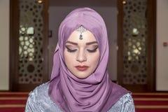 Η νέα μουσουλμανική γυναίκα προσεύχεται στο μουσουλμανικό τέμενος Στοκ Εικόνες
