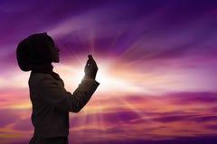 Η νέα μουσουλμανική γυναίκα προσεύχεται στοκ εικόνα