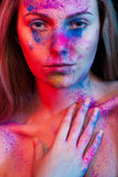 Η νέα μόδα γυναικών αποτελεί και χρωματίζει τη σκόνη στο πρόσωπο Στοκ εικόνα με δικαίωμα ελεύθερης χρήσης