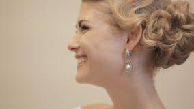 Η νέα νύφη ρυθμίζει τον τόξο-δεσμό του νεόνυμφου και του φιλήματος απόθεμα βίντεο